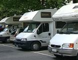 Wohnmobile auf dem Parkplatz