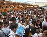 Bierzelt mit großem Publikum auf dem Münchner Oktoberfest.
