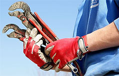Arbeiter hält Werkzeug in der Hand
