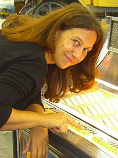 Iris Köck an einer Jukebox