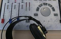 Kopfhörer auf Mischpult