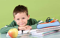 Volksschüler mit Apfel