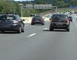Autos auf dreispuriger Autobahn