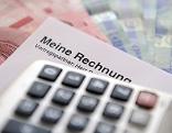 Taschenrechner liegt auf Rechnung und Geldscheinen