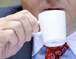 Mann trinkt aus Kaffeetasse bzw. Espressotasse.