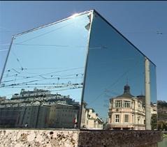 Glaswürfel der Künstlerin Brigitte Kowanz auf der Salzburger Staatsbrücke.