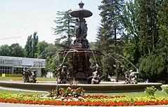 Stadtpark Graz; Brunnen mit Forum Stadtpark und Pavillon im Hintergrund