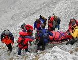 Bergretter transportiere Verletzten ab.