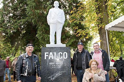 Falco-Statue steht im Kurpark in Gars, rundherum Menschen