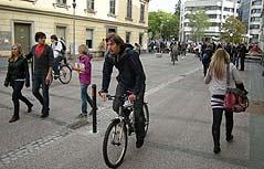 Radfahrer und Fußgänger im Shared Space-Bereich