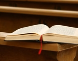 Buch auf Krichenbank