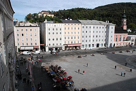 Residenzplatz in der Stadt Salzburg mit Franziskanerkloster und Kapuzinerberg