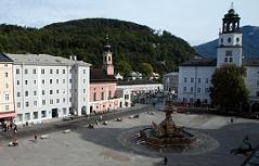 Residenzplatz in der Stadt Salzburg mit Salzburg Museum