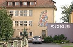 Die Volks- und Hauptschule in Eberau von außen.