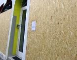 Geschäftslokal mit Holzplatten versperrt