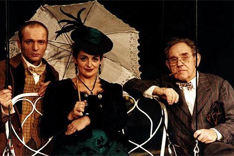 """Günther Franzmeier, Viktoria Schubert und Otto Tausig in Johann Nestroy's """"Das Mädl aus der Vorstadt"""" am Wiener Volkstheater"""