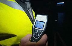 """Alkomat-Vortestgerät in der Hand eines Polizisten bei Razzia """"Alkohol am Steuer"""""""