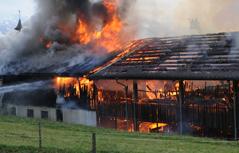 Schuppen in Flammen, Wasser aus Wasserschlauch der Feuerwehr