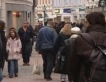 Menschen gehen durch Fußgängerzone in St.Pölten