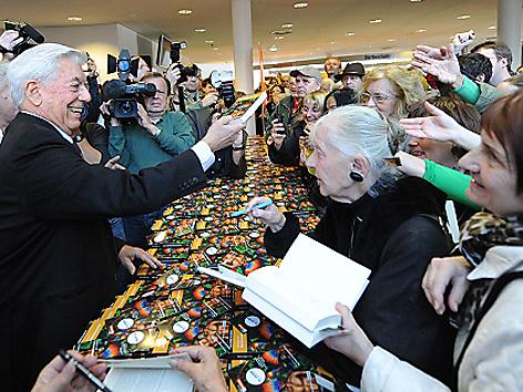 """Mario Vargas Llosa übergibt Buch beim Start der Aktion """"Eine Stadt. Ein Buch"""""""