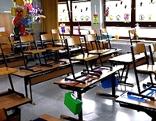 Leere Stühle in Klasse