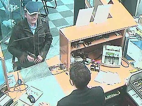 Bild aus Überwachungskamera bei Banküberfall in Wien am 13. Oktober 2011