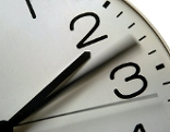Uhr mit Zeigern zwischen 2 und 3