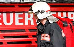 Feuerwehrmann vor Feuerwehrauto.
