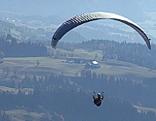 Paragleiter fliegt über Salzachtal