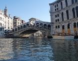 Canale Grande in Venedig mit Rialto - Brücke