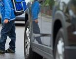 Kind steht vor Auto