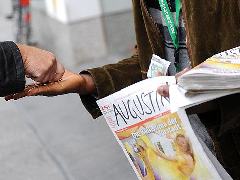"""Ein """"Augustin-Verkäufer"""" beim Verkauf der Straßenzeitung Augustin"""