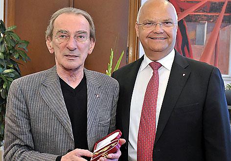 """Hirsch wurde vom Landtagspräsidenten Harry Kopietz im Juni 2011 mit dem """"Goldenen Rathausmann"""" ausgezeichnet"""