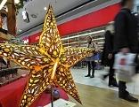 Gabentisch mit Weihnachtsstern  in Einkaufscenter