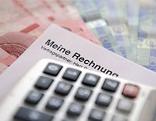 Taschenrechner, Euroscheine und Zettel mit Aufschrift:Meine Rechnung