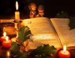 Buch mit Kerzen und weihnachtlicher Dekoration