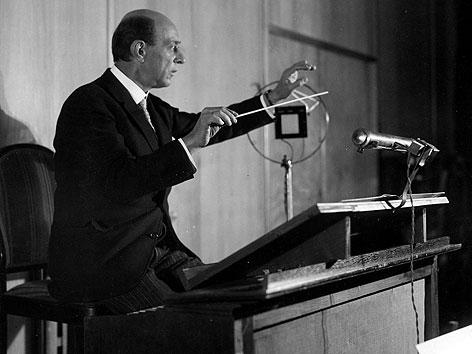 Arnold Schönberg beim Dirigieren des Rundfunk Sinfonie Orchesters Berlin