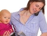 Frau mit Kind, Arbeit, Telefonieren