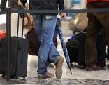 Wartende Passagiere in der Abflughalle des Flughafens