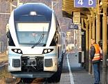 Zug der Westbahn am Bahnsteig