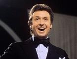 """Peter Alexander bei der Fernsehshow """"Treffpunkt Herz"""" 1975"""