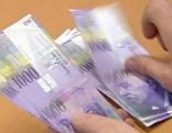 Schweizer Franken werden gezählt
