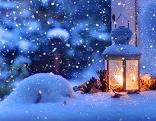 Laterne brennt im Schnee