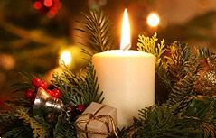 Kerze mit Tannenzweigen