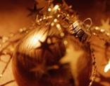 Goldene Christbaumkugel für Weihnachten