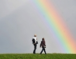 Spaziergang unter Regenbogen