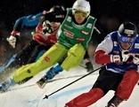 Skicrosser beim Sprung