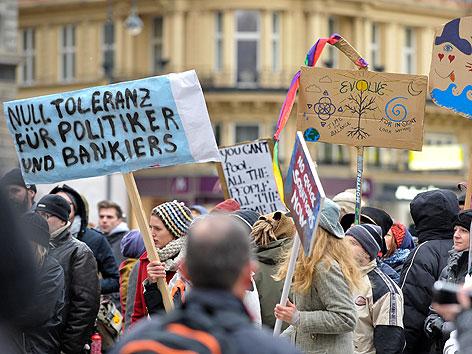 """Teilnehmer der """"Occupy""""-Kundgebung auf dem Stephansplatz"""