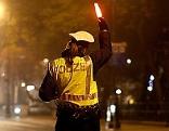 Eine Polizistin bei der Kontrolle