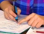 Kind beim Lernen mit Füllfeder und Heft